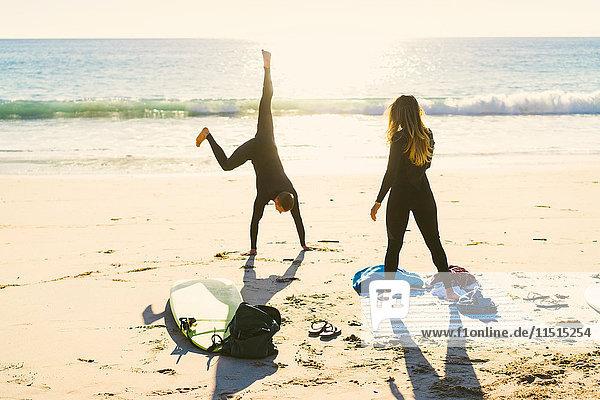Surferpaar beim Cartwheeling am Newport Beach  Kalifornien  USA