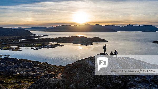 Luftaufnahme einer Gruppe von Menschen  die im Herbst einen Gipfel auf der Insel Kvaloya besteigen  Arktis Norwegen