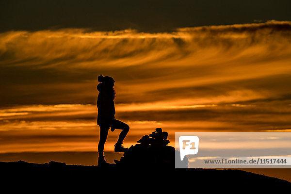 Frau besteigt im Herbst einen Gipfel bei Tromso  Arktis Norwegen