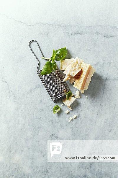 Parmesan mit Basilikum und Käsereibe