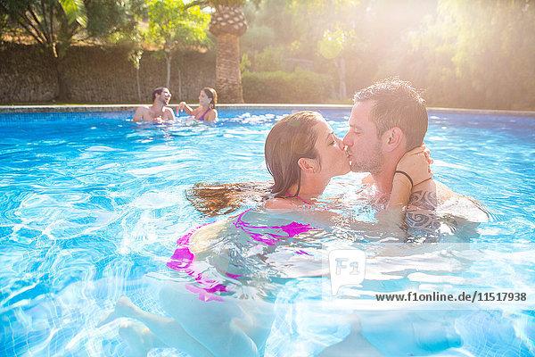 Paar im Schwimmbad beim Küssen