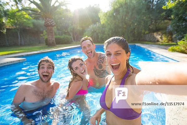 Freunde im Schwimmbad beim Selbermachen