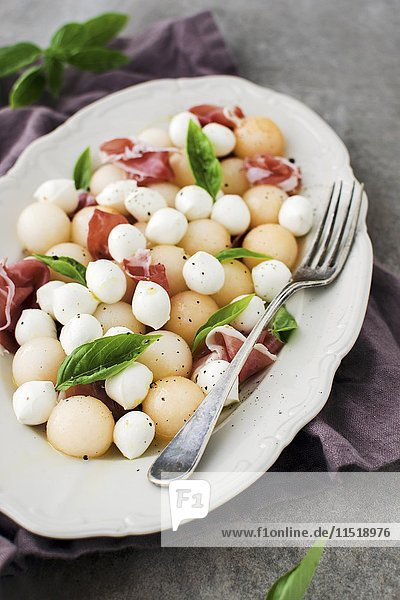 Melonen-Mozzarella-Salat mit Schinken