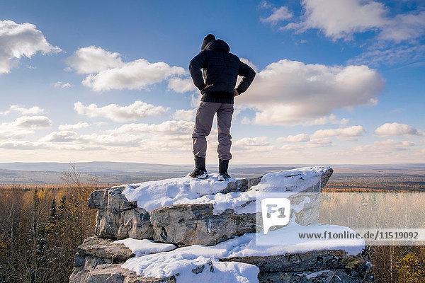 Mann betrachtet Landschaft vom Gipfel eines Felsens aus  Ural  Russland