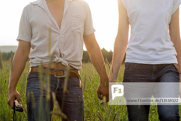 Paar  das sich vor Ort an den Händen hält