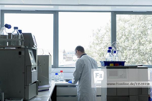 Wissenschaftlerin  die im Forschungslabor für Kristalltechnik arbeitet