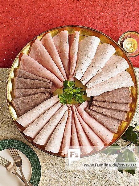 Aufschnittplatte mit Kochschinken und Roastbeef (weihnachtlich) Aufschnittplatte mit Kochschinken und Roastbeef (weihnachtlich)