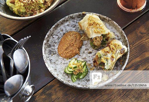Entenrollen mit Erdnusssauce (Indien)