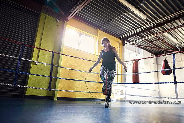 Junge Boxerin springt im Boxring
