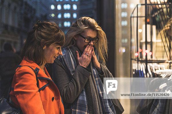 Zwei Freundinnen im Schaufenster