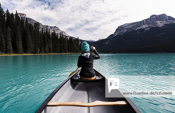 Junge Frau beim Kanufahren  Rückansicht  Emerald Lake  Yoho-Nationalpark  Kanada
