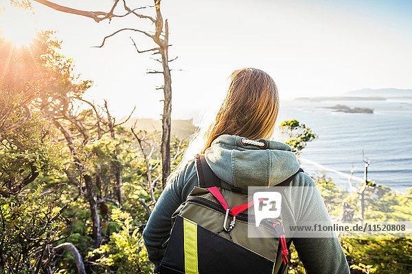 Weibliche Wanderin mit Blick auf den Küstenwald  Pacific Rim National Park  Vancouver Island  British Columbia  Kanada