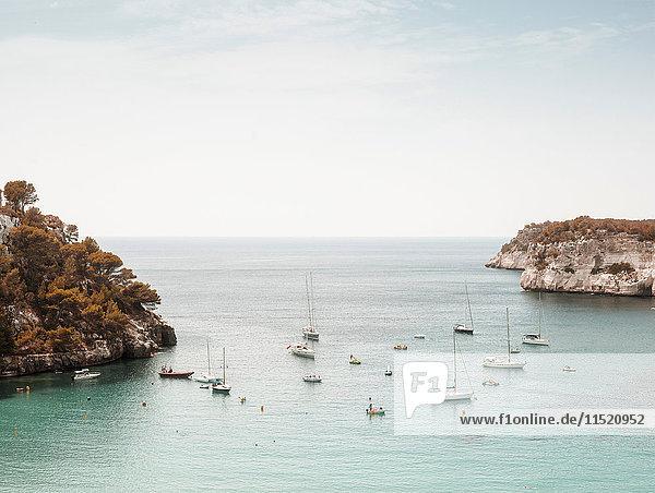 Erhöhte Ansicht von Booten im Meer  Menorca  Spanien Erhöhte Ansicht von Booten im Meer, Menorca, Spanien