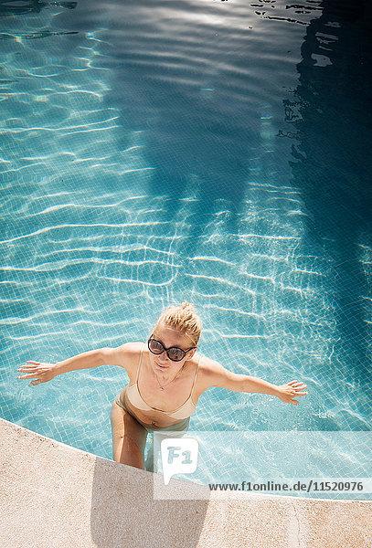 Frau im Schwimmbad  Torreblanca  Fuengirola  Spanien