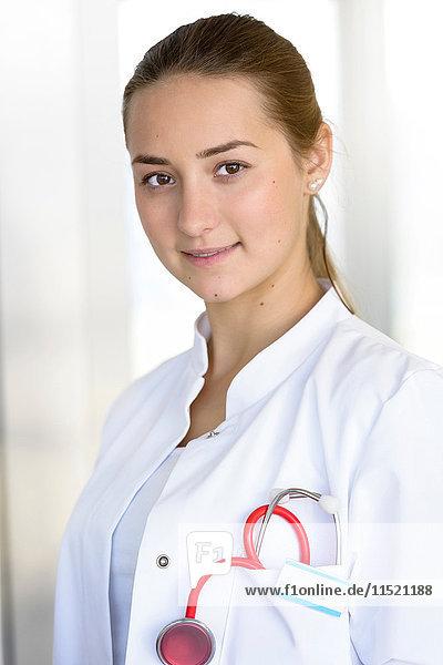 Porträt einer jungen Ärztin im Krankenhaus