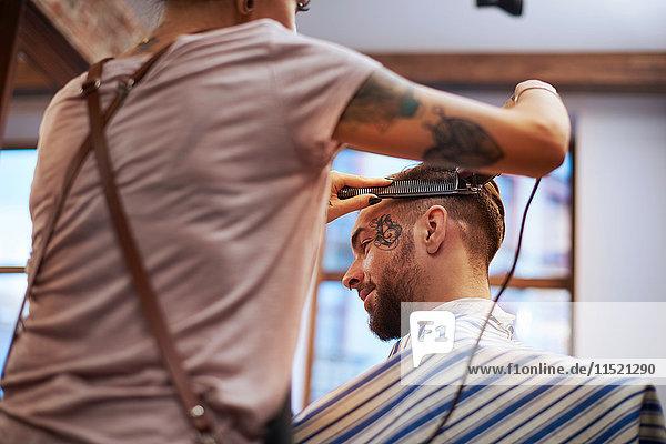 Friseur  der Kunden die Haare rasiert