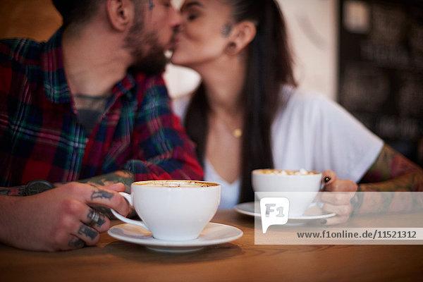 Küssende Paare im Cafe