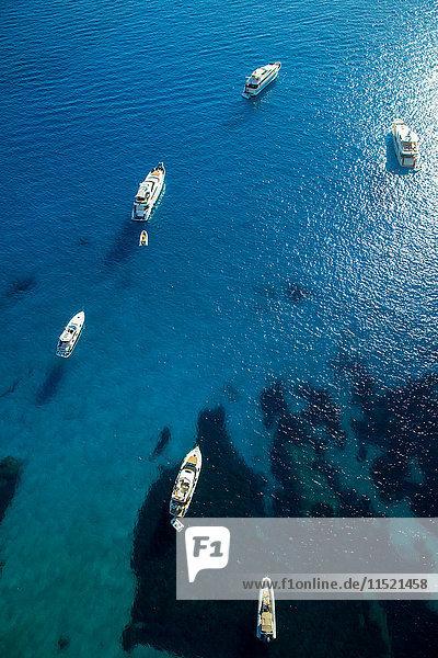 Draufsicht auf die im blauen Meer vor Anker liegenden Yachten  Mallorca  Spanien