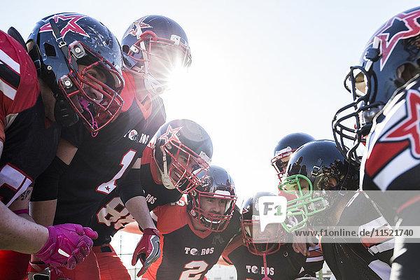 American Football Spieler reden und jubeln im Kreis vor einem Spiel