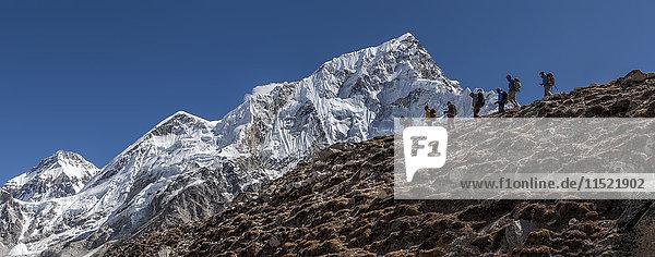 Nepal  Himalaya  Khumbu  Everest-Region  Trekker und Nuptse