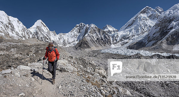 Nepal  Himalaya  Khumbu  Everest-Region  Frau im Everest-Basislager