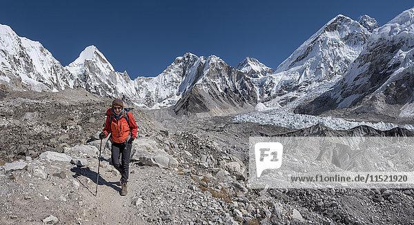 Nepal  Himalaya  Khumbu  Everest-Region  Frau im Everest-Basislager