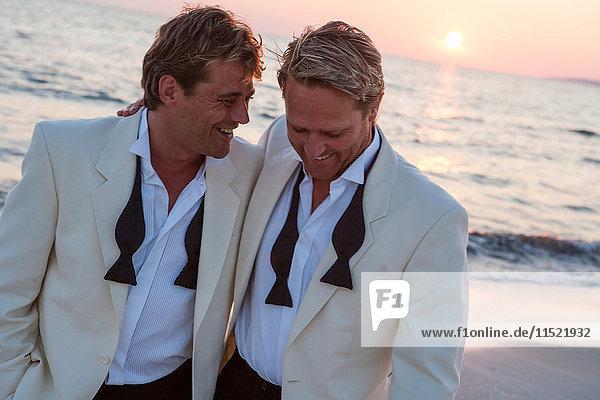 Glückliches frisch verheiratetes Männerpaar am Strand bei Sonnenuntergang  Mallorca  Spanien