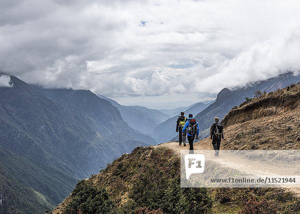 Nepal  Himalaya  Khumbu  Everest-Region  Trekker im Namche Bazar
