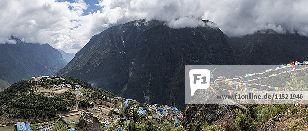 Nepal  Himalaya  Khumbu  Everest-Region  Trekker und Namche Bazar
