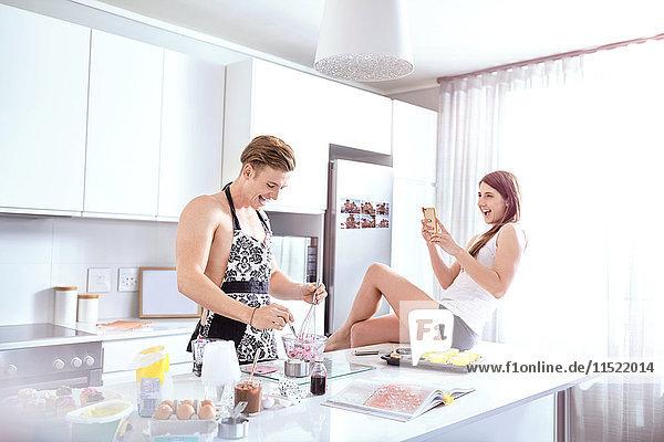 Ehepaar bereitet Essen in der Küche zu