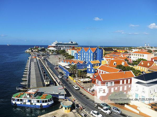 Curacao  Willemstad  Punda  bunte Häuser an der Uferpromenade