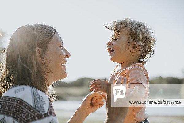Mutter und kleine Tochter singen zusammen