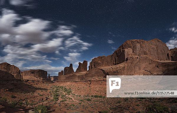 USA  Utah  Arches Nationalpark  Park Avenue Trail bei Nacht