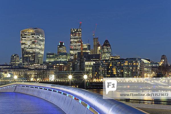 UK  London  Skyline mit Bürotürmen bei Nacht