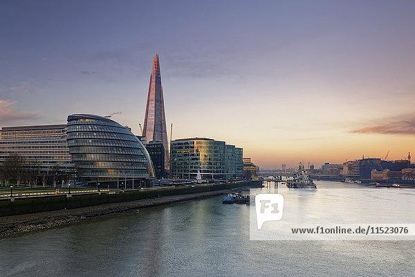 UK  London  Southwark mit City Hall und The Shard bei Dämmerung