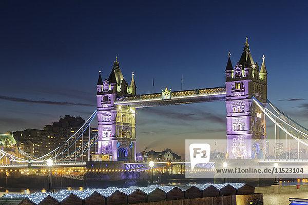 UK  London  Blick auf die beleuchtete Tower Bridge in der Abenddämmerung