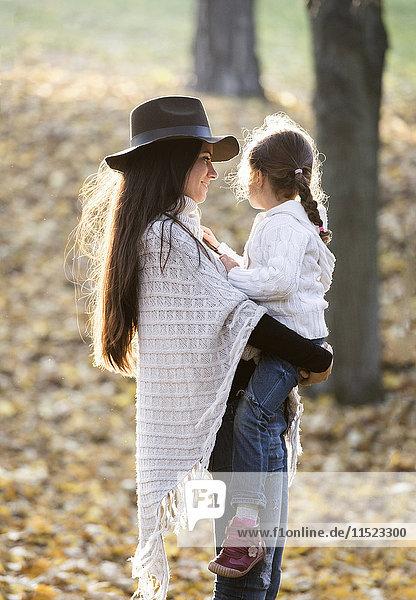 Mutter mit ihrer Tochter im Herbstwald