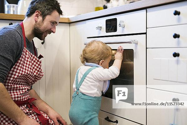 Vater und Junge in der Küche beim Kuchenbacken