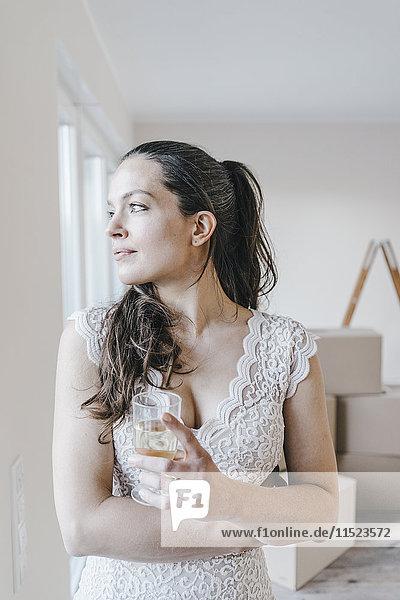 Reife Geschäftsfrau bezieht ihr neues Zuhause
