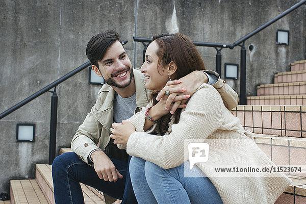 Verliebtes Paar auf der Treppe sitzend