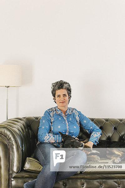 Porträt einer Frau mit ihrem Hund Porträt einer Frau mit ihrem Hund