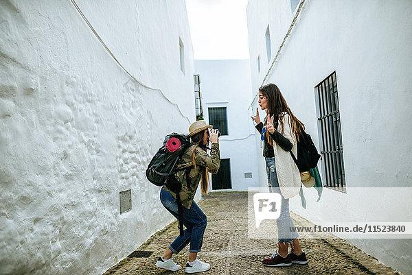 Junge reisende Frauen beim Fotografieren in einer Stadt