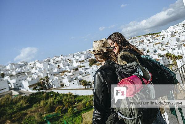 Spanien  Andalusien  Vejer de la Frontera  zwei junge Frauen mit Blick auf die Stadt im Hintergrund