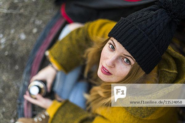 Porträt einer jungen Frau im Zelt