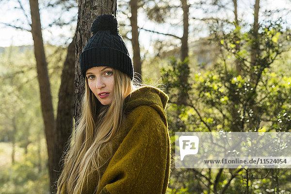 Porträt einer jungen Frau in der Natur