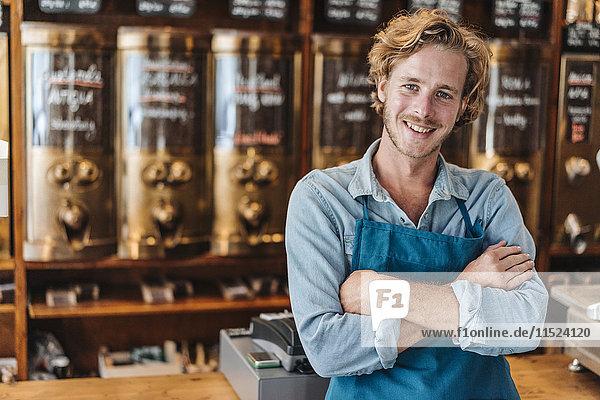 Porträt eines lächelnden Kaffeerösters in seinem Geschäft