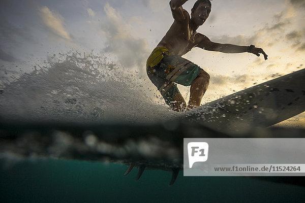 Indonesien  Bali  Surfer bei Sonnenuntergang