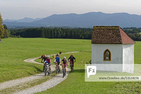 Deutschland  Bayern  Faistenberg  Familie auf Fahrradtour