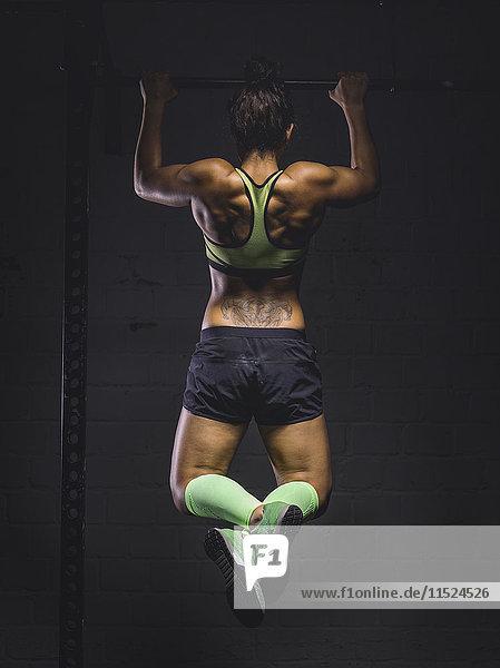 Junge Frau beim Trainieren am Power Rack