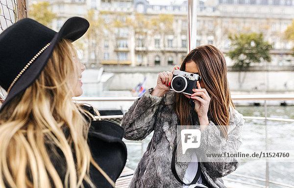 Frankreich  Paris  Touristen fotografieren ihre Freundin mit Kamera